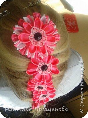 Закрепляется заколка и цветы вплетаются в косу фото 2
