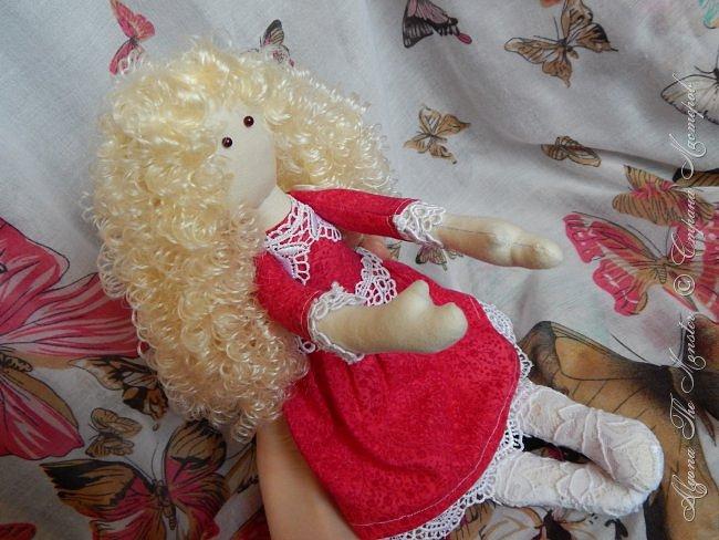 Приветствую всех жителей Страны Мастеров! Недавно я сшила первую в своей жизни куклу Тильду. Шить мне очень понравилось, буду делать куколок еще)) Вот такая куколка у меня получилась в первый раз. Сшить ее довольно сложно, самым трудным для меня было прикрепить волосы так, чтобы они были ровными. фото 3