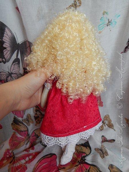 Приветствую всех жителей Страны Мастеров! Недавно я сшила первую в своей жизни куклу Тильду. Шить мне очень понравилось, буду делать куколок еще)) Вот такая куколка у меня получилась в первый раз. Сшить ее довольно сложно, самым трудным для меня было прикрепить волосы так, чтобы они были ровными. фото 8