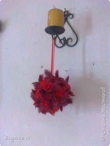 Подвесной топиар. Очень хотелось нечто в красных тонах)). думаю, черного жемчуга не достает, для большего шика... Шарики сизали, розы двух оттенков, лагурус, перышки... фото 1