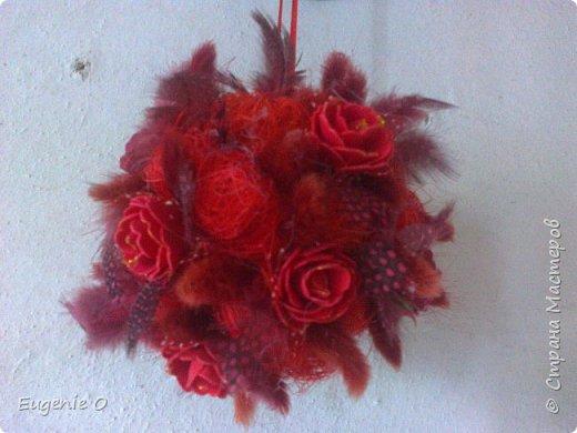 Подвесной топиар. Очень хотелось нечто в красных тонах)). думаю, черного жемчуга не достает, для большего шика... Шарики сизали, розы двух оттенков, лагурус, перышки... фото 3