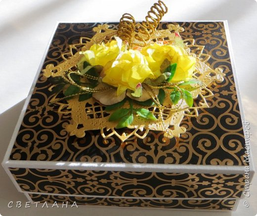 Еще одна коробочка с открыткой ...  Бумага  с  золотистыми вензелями, очень нарядная, но на фото это не видно фото 1