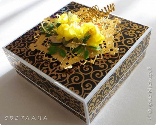 Еще одна коробочка с открыткой ...  Бумага  с  золотистыми вензелями, очень нарядная, но на фото это не видно фото 2