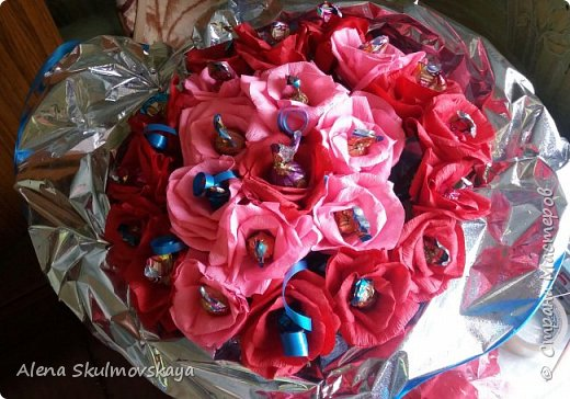 розы из гОфрированной бумаги и конфет фото 1