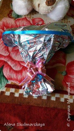 розы из гОфрированной бумаги и конфет фото 2