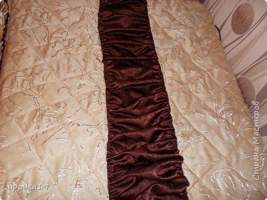 Купила портьерную ткань на новые занавески . Остался при крое вполне приличный кусок( светлая ткань). Решила сшить покрывало  на односпальную кровать.  фото 3