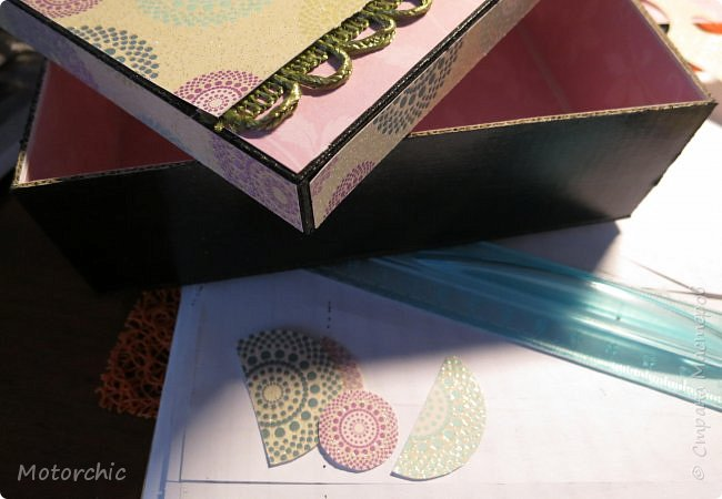 """На День Рождения подруги-рукодельницы решила ей подарить коробочку/шкатулку/сокровищницу для ее сокровищ (рукодельных или нет, - решать уже ей самой,в любом случае, для женщины шкатулка никогда лишней не будет). Разумеется, не пустую, я ее наполнила различными рукодельными """"сокровищами"""" =) фото 7"""