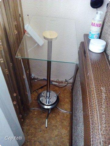 Всем привет. Супруга давно просила прикроватный столик и вот счастью помогло несчастье. На пяти рожковой люстре отгорели контакты на двух патронах. Выкидывать было жалко и вот тут меня торкнуло - хорошая крестовина для столика. Лишнее обрезал потолочную тарелку перевернул и треть дела готово. фото 3