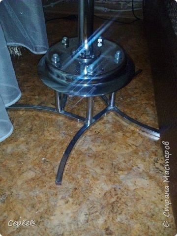 Всем привет. Супруга давно просила прикроватный столик и вот счастью помогло несчастье. На пяти рожковой люстре отгорели контакты на двух патронах. Выкидывать было жалко и вот тут меня торкнуло - хорошая крестовина для столика. Лишнее обрезал потолочную тарелку перевернул и треть дела готово. фото 2