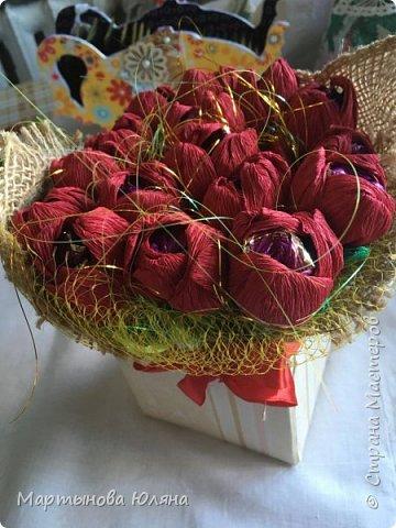 Цветы из креп бумаги.  Чуть чуть мешковины, что то вроде сизаля,  сетка, лента и картонная коробочка послужившая  вазой для данного конфетного букета. фото 1