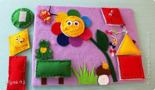 Для внучки 1год 3 месяца сделала настольную развивающую иргу. Основу сделала из картона, на картон наклеила основную ткань - флис, т.к. машинка у меня сломана, пришлось почти все клеить.  Сделала для основных фигур лекала 7х7 см. Сшила их из фетра с наполнителем.  Цвет фигурок брала основные, чтобы ребенку было легче запоминать цвета - красный, желтый, зеленый, синий.   Чтобы ребенку было интересно играть, добавила грибок, бабочку и лягушонка.   фото 1