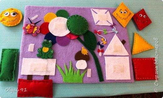 Для внучки 1год 3 месяца сделала настольную развивающую иргу. Основу сделала из картона, на картон наклеила основную ткань - флис, т.к. машинка у меня сломана, пришлось почти все клеить.  Сделала для основных фигур лекала 7х7 см. Сшила их из фетра с наполнителем.  Цвет фигурок брала основные, чтобы ребенку было легче запоминать цвета - красный, желтый, зеленый, синий.   Чтобы ребенку было интересно играть, добавила грибок, бабочку и лягушонка.   фото 2