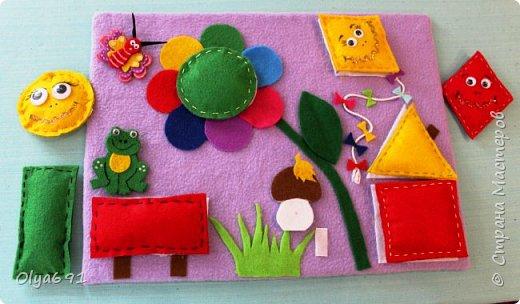 Для внучки 1год 3 месяца сделала настольную развивающую иргу. Основу сделала из картона, на картон наклеила основную ткань - флис, т.к. машинка у меня сломана, пришлось почти все клеить.  Сделала для основных фигур лекала 7х7 см. Сшила их из фетра с наполнителем.  Цвет фигурок брала основные, чтобы ребенку было легче запоминать цвета - красный, желтый, зеленый, синий.   Чтобы ребенку было интересно играть, добавила грибок, бабочку и лягушонка.   фото 3