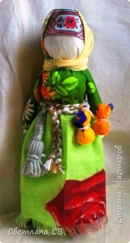 С Колядой проходили все рождественские колядки. Эта кукла - символ солнца и добрых отношений в семье. Она представляла собой дородную женщину, одетую во все новое и нарядное. От ее имени колядующие желали счастья и благополучия. Пели радостные, прославляющие хозяев песни.  В некоторых местностях колядки заканчивались возле костра с пожеланиями блага себе и близким и сжиганием Коляды.  С ее приходом в доме поселится счастье, мир и согласие между членами семьи.  В мешочках, подвешенных к поясу, находÿтся хлеб и соль. За пояс заткнут веник, которым Коляда отгоняет нечистую силу. фото 3