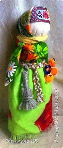 С Колядой проходили все рождественские колядки. Эта кукла - символ солнца и добрых отношений в семье. Она представляла собой дородную женщину, одетую во все новое и нарядное. От ее имени колядующие желали счастья и благополучия. Пели радостные, прославляющие хозяев песни.  В некоторых местностях колядки заканчивались возле костра с пожеланиями блага себе и близким и сжиганием Коляды.  С ее приходом в доме поселится счастье, мир и согласие между членами семьи.  В мешочках, подвешенных к поясу, находÿтся хлеб и соль. За пояс заткнут веник, которым Коляда отгоняет нечистую силу. фото 4