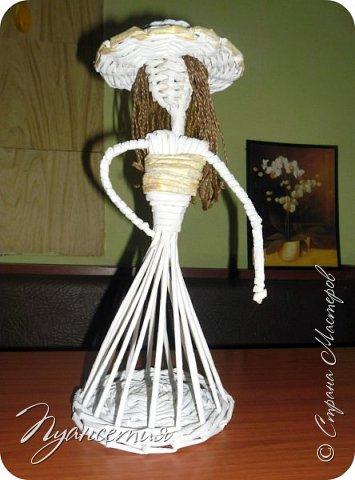По просьбам показываю процесс создания  барышни - салфетницы. В ее создании мне помог мастер - класс африканки. Материалы и инструменты, необходимые для работы: трубочки из белой офисной бумаги,  клей ПВА,  нитки,  синтепон,  салфетки,  ножницы. фото 11