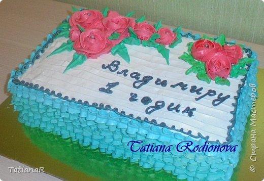 Здравствуйте всем! Выставляю свои последние тортики, с просьбой прокомментировать опытных мастериц! Делала торт с белковым кремом в первые. Розы оцениваю на 4ку, надпись на 3ку..... её надо было делать гелем, но у меня его просто нет, а чем ещё можно, я не придумала.. фото 1