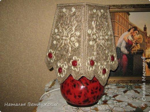 Решила дать новую жизнь  старой лампе и изменить ее облик. Очень хотелось, чтоб освещение было не очень ярким, чтоб использовать лампу в качестве ночника. Использовала джут.Сначала склеила джут в виде сетки , а потом декорировала ажурным рисунком .Вот что получилось. фото 1