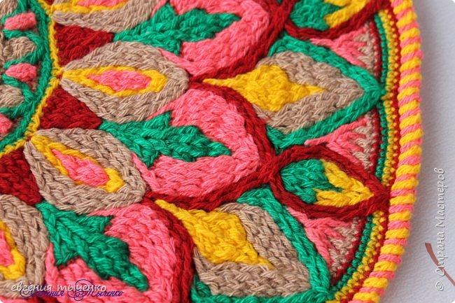 Здравствуйте любительницы рукаделия, представляю новый коврик , размер 70 см, нитки акрил, связан в технике Overlay Crochet фото 2