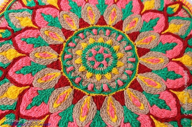 Здравствуйте любительницы рукаделия, представляю новый коврик , размер 70 см, нитки акрил, связан в технике Overlay Crochet фото 3