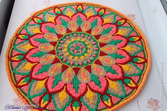 Здравствуйте любительницы рукаделия, представляю новый коврик , размер 70 см, нитки акрил, связан в технике Overlay Crochet фото 4