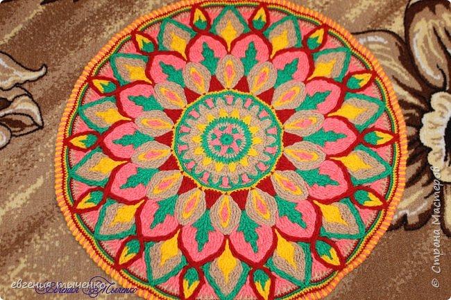 Здравствуйте любительницы рукаделия, представляю новый коврик , размер 70 см, нитки акрил, связан в технике Overlay Crochet фото 5