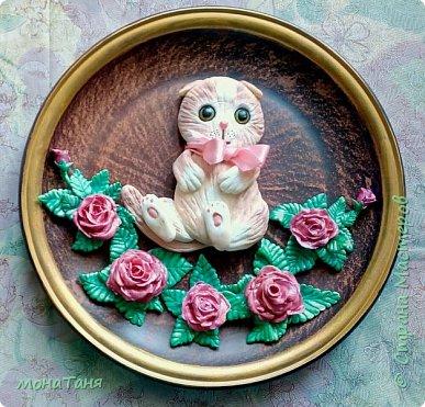 Котенок в розах фото 2
