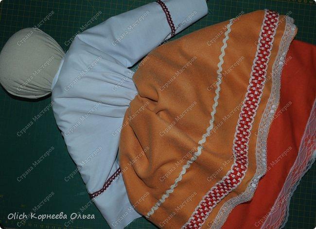 """Дорого дня! Представляем еще одну нашу работу к Пасхе. Это традиционная народная кукла """"Пасхальная"""". Конечно же нет именно такой куклы, с таким названием. Мы придумали ее сами, как и раньше в старину наши предки придумывали куколок. Просто выбрали яркие цвета для ее платья, обязательное присутствие красного цвета, ну и кулича. А так в принципе это самая обычная куколка. Кукла у нас получилась немаленькая более полуметра в высоту (55 см). Честно сказать мне больше нравится мастерить больших кукол. фото 39"""