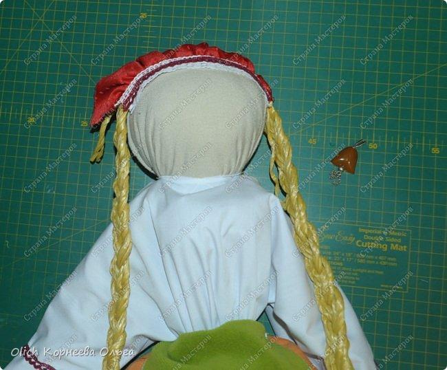 """Дорого дня! Представляем еще одну нашу работу к Пасхе. Это традиционная народная кукла """"Пасхальная"""". Конечно же нет именно такой куклы, с таким названием. Мы придумали ее сами, как и раньше в старину наши предки придумывали куколок. Просто выбрали яркие цвета для ее платья, обязательное присутствие красного цвета, ну и кулича. А так в принципе это самая обычная куколка. Кукла у нас получилась немаленькая более полуметра в высоту (55 см). Честно сказать мне больше нравится мастерить больших кукол. фото 42"""