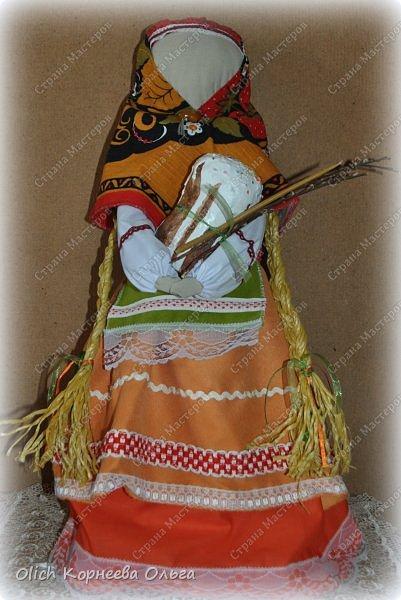 """Дорого дня! Представляем еще одну нашу работу к Пасхе. Это традиционная народная кукла """"Пасхальная"""". Конечно же нет именно такой куклы, с таким названием. Мы придумали ее сами, как и раньше в старину наши предки придумывали куколок. Просто выбрали яркие цвета для ее платья, обязательное присутствие красного цвета, ну и кулича. А так в принципе это самая обычная куколка. Кукла у нас получилась немаленькая более полуметра в высоту (55 см). Честно сказать мне больше нравится мастерить больших кукол. фото 2"""