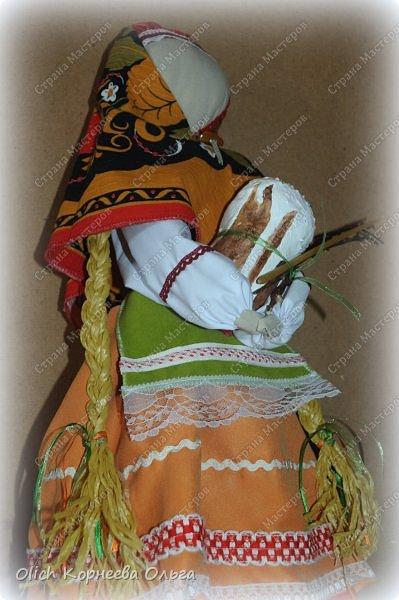"""Дорого дня! Представляем еще одну нашу работу к Пасхе. Это традиционная народная кукла """"Пасхальная"""". Конечно же нет именно такой куклы, с таким названием. Мы придумали ее сами, как и раньше в старину наши предки придумывали куколок. Просто выбрали яркие цвета для ее платья, обязательное присутствие красного цвета, ну и кулича. А так в принципе это самая обычная куколка. Кукла у нас получилась немаленькая более полуметра в высоту (55 см). Честно сказать мне больше нравится мастерить больших кукол. фото 6"""