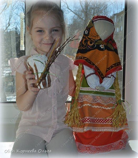 """Дорого дня! Представляем еще одну нашу работу к Пасхе. Это традиционная народная кукла """"Пасхальная"""". Конечно же нет именно такой куклы, с таким названием. Мы придумали ее сами, как и раньше в старину наши предки придумывали куколок. Просто выбрали яркие цвета для ее платья, обязательное присутствие красного цвета, ну и кулича. А так в принципе это самая обычная куколка. Кукла у нас получилась немаленькая более полуметра в высоту (55 см). Честно сказать мне больше нравится мастерить больших кукол. фото 1"""