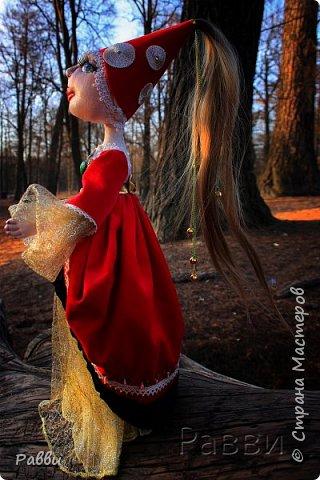 Реальная история куклы Аннабель  В 1970 году женщина купила в магазине секонд-хенд куклу, похожую на «Тряпичную Энни» (Raggedy-Ann), для своей дочери, которая на тот момент училась в колледже. Её дочке понравилась кукла, и она оставила её у себя в квартире, но вскоре как она, так и её соседка по комнате, стали замечать странные вещи, связанные с куклой. Она сама по себе двигалась, зачастую оказываясь в другой комнате, хотя её никто не трогал. Они находили маленькие клочки пергамента, хотя его у них не было, а на клочках детским почерком были написаны различные послания. Однажды они обнаружили куклу, стоящей на её двух тряпичных ногах. Испуганные девушки связались с экстрасенсом, который сказал им, что кукла была одержима духом маленькой девочки, погибшей в доме. «Аннабель» сказала, что ей нравились студентки, и она хотела остаться с ней, и они ей это разрешили. К сожалению, после того, как они разрешили духу остаться, паранормальная активность в квартире только увеличилась – один из друзей студенток пострадал от куклы, которая оставила на его груди и спине множество царапин. Терпение студенток лопнуло, и они обратились к знаменитым следователям-экстрасенсам Эду и Лорейн Уоррен (Lorraine Warren). Женатая пара вскоре обнаружила, что кукла была одержима не ребёнком, а демоном, который обманул девушек, чтобы быть ближе к ним и через некоторое время вселиться в одну из них. Студентки отдали «Аннабель» Уорренам, которые поместили её в стеклянный шкаф в их Музее Оккультизма (Occult Museum) в Коннектикуте. Надпись у шкафа гласит: «Внимание: ни в коем случае не открывать». http://justcreepy.ru/story/realnaya-istoriya-kukly-annabel.html а вот это последние новости - Хозяйка частного оккультного музея - экстрасенс Лорейн Уоррен бьет тревогу. Женщина заявила, что один из экспонатов ее коллекции с недавних пор представляет смертельную угрозу. Речь идет о знаменитой кукле Анабель, в которую много лет назад, якобы вселился дьявол. В начале 70-х Анабель уже становилась главной геро