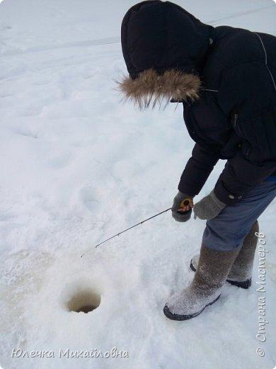 Наш папа заядлый рыбак. Любит не только летом рыбачить, но и зимой. Нас тоже приобщил к этому увлечению. Теперь мы с нетерпением ждём выходных, смотрим прогноз погоды, с вечера готовим снасти и бутерброды, что бы рано утром выехать на озеро, реку или карьер. В наших краях мест для рыбалки очень много. Но самое главное событие сезона - это соревнования по рыбалке. Ведь зимняя рыбалка - это не только отдых, но и спорт. Как раз в эту субботу состоялись соревнования по рыбалке. Забегая вперёд, скажу, что в этот день погода и удача была не на стороне рыбаков, и за отведённое время многие, и мы в том числе, не поймали ни одной рыбёшки. Но я всё равно решила оформить небольшой репортаж о нашем увлечении, и покажу здесь фотографии с более удачных вылазок. Это, кстати во время соревнований. Когда не ловится рыбка можно подкрепится и чайку попить. фото 7