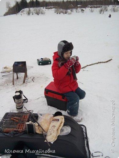 Наш папа заядлый рыбак. Любит не только летом рыбачить, но и зимой. Нас тоже приобщил к этому увлечению. Теперь мы с нетерпением ждём выходных, смотрим прогноз погоды, с вечера готовим снасти и бутерброды, что бы рано утром выехать на озеро, реку или карьер. В наших краях мест для рыбалки очень много. Но самое главное событие сезона - это соревнования по рыбалке. Ведь зимняя рыбалка - это не только отдых, но и спорт. Как раз в эту субботу состоялись соревнования по рыбалке. Забегая вперёд, скажу, что в этот день погода и удача была не на стороне рыбаков, и за отведённое время многие, и мы в том числе, не поймали ни одной рыбёшки. Но я всё равно решила оформить небольшой репортаж о нашем увлечении, и покажу здесь фотографии с более удачных вылазок. Это, кстати во время соревнований. Когда не ловится рыбка можно подкрепится и чайку попить. фото 9