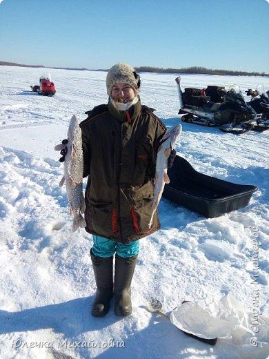 Наш папа заядлый рыбак. Любит не только летом рыбачить, но и зимой. Нас тоже приобщил к этому увлечению. Теперь мы с нетерпением ждём выходных, смотрим прогноз погоды, с вечера готовим снасти и бутерброды, что бы рано утром выехать на озеро, реку или карьер. В наших краях мест для рыбалки очень много. Но самое главное событие сезона - это соревнования по рыбалке. Ведь зимняя рыбалка - это не только отдых, но и спорт. Как раз в эту субботу состоялись соревнования по рыбалке. Забегая вперёд, скажу, что в этот день погода и удача была не на стороне рыбаков, и за отведённое время многие, и мы в том числе, не поймали ни одной рыбёшки. Но я всё равно решила оформить небольшой репортаж о нашем увлечении, и покажу здесь фотографии с более удачных вылазок. Это, кстати во время соревнований. Когда не ловится рыбка можно подкрепится и чайку попить. фото 16