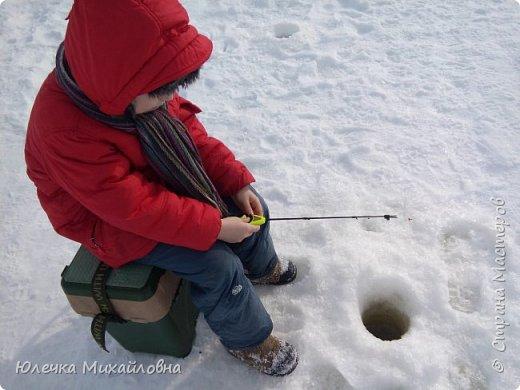 Наш папа заядлый рыбак. Любит не только летом рыбачить, но и зимой. Нас тоже приобщил к этому увлечению. Теперь мы с нетерпением ждём выходных, смотрим прогноз погоды, с вечера готовим снасти и бутерброды, что бы рано утром выехать на озеро, реку или карьер. В наших краях мест для рыбалки очень много. Но самое главное событие сезона - это соревнования по рыбалке. Ведь зимняя рыбалка - это не только отдых, но и спорт. Как раз в эту субботу состоялись соревнования по рыбалке. Забегая вперёд, скажу, что в этот день погода и удача была не на стороне рыбаков, и за отведённое время многие, и мы в том числе, не поймали ни одной рыбёшки. Но я всё равно решила оформить небольшой репортаж о нашем увлечении, и покажу здесь фотографии с более удачных вылазок. Это, кстати во время соревнований. Когда не ловится рыбка можно подкрепится и чайку попить. фото 3