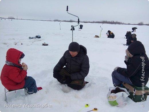 Наш папа заядлый рыбак. Любит не только летом рыбачить, но и зимой. Нас тоже приобщил к этому увлечению. Теперь мы с нетерпением ждём выходных, смотрим прогноз погоды, с вечера готовим снасти и бутерброды, что бы рано утром выехать на озеро, реку или карьер. В наших краях мест для рыбалки очень много. Но самое главное событие сезона - это соревнования по рыбалке. Ведь зимняя рыбалка - это не только отдых, но и спорт. Как раз в эту субботу состоялись соревнования по рыбалке. Забегая вперёд, скажу, что в этот день погода и удача была не на стороне рыбаков, и за отведённое время многие, и мы в том числе, не поймали ни одной рыбёшки. Но я всё равно решила оформить небольшой репортаж о нашем увлечении, и покажу здесь фотографии с более удачных вылазок. Это, кстати во время соревнований. Когда не ловится рыбка можно подкрепится и чайку попить. фото 1