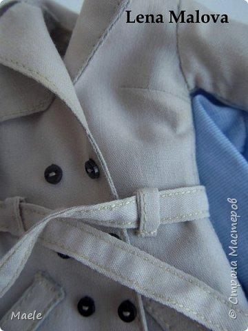 Новый аутфит:  - тренчкот (hand made) - блузка (даже 2!))) (hand made) - юбка из кожзама (hand made) - чулки (hand made) - ботильоны (фабричные) - клатч (hand made)  У тренчарабочие карманы, рабочие шлевки для пояса. Погончики на плечах на сфоткала к сожалению, забыла... Полностью на подкладе. Спереди и на спинке накладки - не знаю как называются...  Рубашечки сшиты по-человечески, по правилам. Имитация пуговиц из бисера. Клатч не рабочий.  фото 15