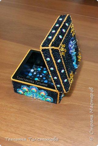 Как-то давно покупали мужу галстук, который был упакован в такую вот черную деревянную коробку. Я решила, что эта коробочка не должна лежать без дела и украсила ее квиллингом, и невзрачная коробочка, превратилась в шкатулочку с павлином. Шкатулка получилась размером 12,5 × 12,5 см. фото 4