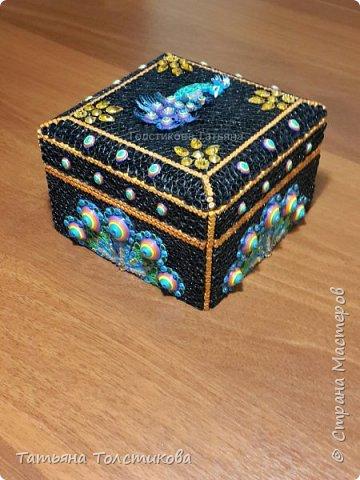 Как-то давно покупали мужу галстук, который был упакован в такую вот черную деревянную коробку. Я решила, что эта коробочка не должна лежать без дела и украсила ее квиллингом, и невзрачная коробочка, превратилась в шкатулочку с павлином. Шкатулка получилась размером 12,5 × 12,5 см. фото 2