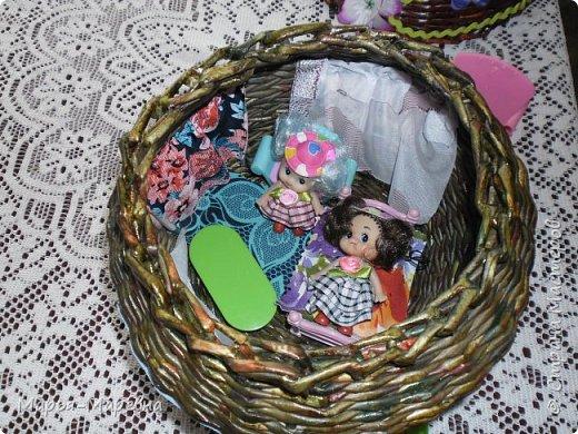Здравствуйте дорогие мои друзья, соседи и гости Страны Мастеров!!! Я к Вам сегодня опять со всем подряд, наплела.нашила и спешу показать. После того чайного домика пришлось срочно плести домик кукольный, забыла сфотографировать их рядом, кукольный в два раза больше. Внучка очень рада! Плетение меня затянуло конкретно, но и куколки не отпускают, вот и мечусь от одного к другому. В общем приглашаю посмотреть чего я натворила. фото 3