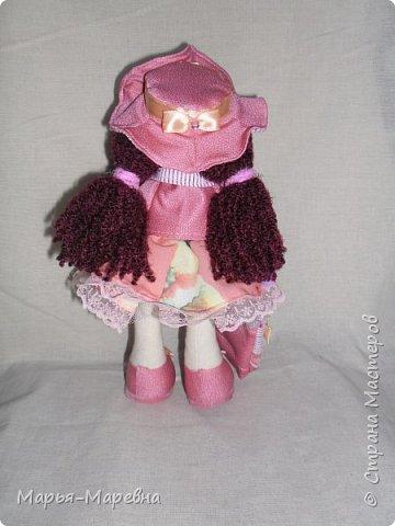 Здравствуйте дорогие мои друзья, соседи и гости Страны Мастеров!!! Я к Вам сегодня опять со всем подряд, наплела.нашила и спешу показать. После того чайного домика пришлось срочно плести домик кукольный, забыла сфотографировать их рядом, кукольный в два раза больше. Внучка очень рада! Плетение меня затянуло конкретно, но и куколки не отпускают, вот и мечусь от одного к другому. В общем приглашаю посмотреть чего я натворила. фото 18