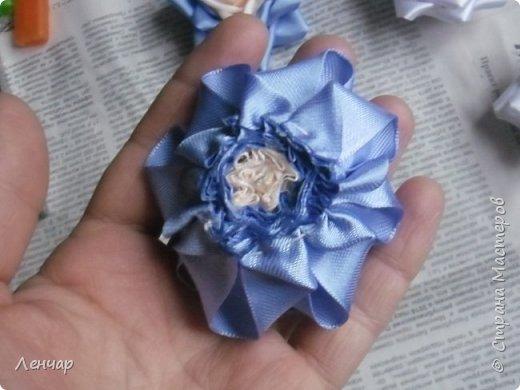 Всем добрый день. Может быть кому-то пригодится... Показываю, какие розы получаются, если делать их из разной ленты.  Эта из ленты шириной  5,5 см.  Получается большая, красивая. Здесь она на зажиме  11,5 см  и его почти не видно, так что размер можно представить.  По высоте цветок тоже получается сантиметров 4-5. Так что если делать такую на ножке, то ножка должна быть см 40, а то и больше... Не знаю, как кому, а мне коротконогие розы не нравятся... фото 13