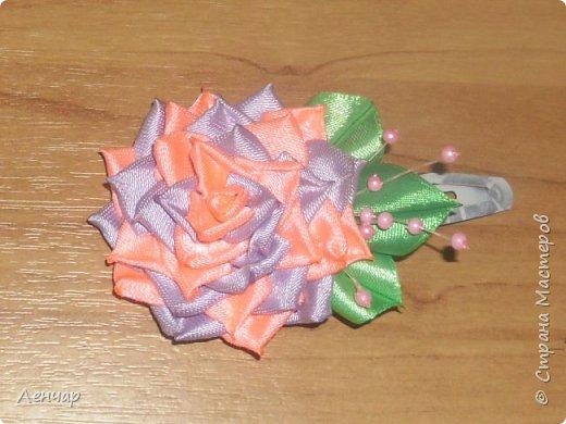 Всем добрый день. Может быть кому-то пригодится... Показываю, какие розы получаются, если делать их из разной ленты.  Эта из ленты шириной  5,5 см.  Получается большая, красивая. Здесь она на зажиме  11,5 см  и его почти не видно, так что размер можно представить.  По высоте цветок тоже получается сантиметров 4-5. Так что если делать такую на ножке, то ножка должна быть см 40, а то и больше... Не знаю, как кому, а мне коротконогие розы не нравятся... фото 10
