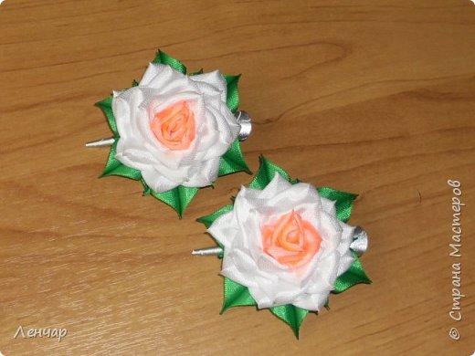 Всем добрый день. Может быть кому-то пригодится... Показываю, какие розы получаются, если делать их из разной ленты.  Эта из ленты шириной  5,5 см.  Получается большая, красивая. Здесь она на зажиме  11,5 см  и его почти не видно, так что размер можно представить.  По высоте цветок тоже получается сантиметров 4-5. Так что если делать такую на ножке, то ножка должна быть см 40, а то и больше... Не знаю, как кому, а мне коротконогие розы не нравятся... фото 9