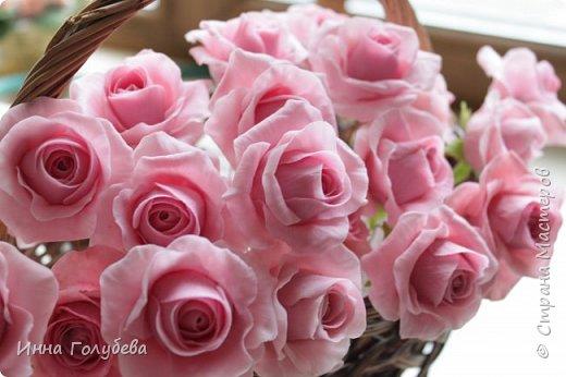 Поступил мне заказ на оформление плетеного сердца розами и ягодками для свадебного салона.От меня розы и ягодки,заказчик оформляет сам,потому как в другом городе. И листья будут из ткани,так что мне не пришлось их лепить.Я в корзиночку все поставила,чтобы отфоткать. Роз кстати надо 50 штук,здесь пока 40) фото 3