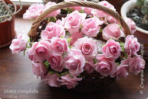 Поступил мне заказ на оформление плетеного сердца розами и ягодками для свадебного салона.От меня розы и ягодки,заказчик оформляет сам,потому как в другом городе. И листья будут из ткани,так что мне не пришлось их лепить.Я в корзиночку все поставила,чтобы отфоткать. Роз кстати надо 50 штук,здесь пока 40) фото 9