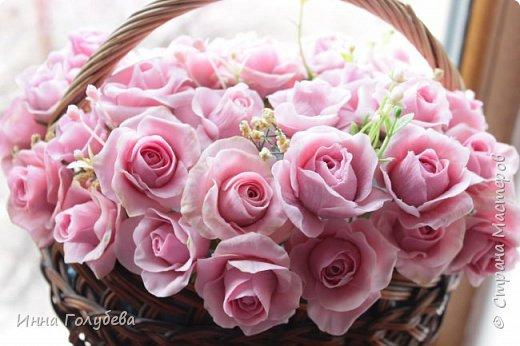 Поступил мне заказ на оформление плетеного сердца розами и ягодками для свадебного салона.От меня розы и ягодки,заказчик оформляет сам,потому как в другом городе. И листья будут из ткани,так что мне не пришлось их лепить.Я в корзиночку все поставила,чтобы отфоткать. Роз кстати надо 50 штук,здесь пока 40) фото 14