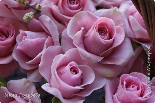 Поступил мне заказ на оформление плетеного сердца розами и ягодками для свадебного салона.От меня розы и ягодки,заказчик оформляет сам,потому как в другом городе. И листья будут из ткани,так что мне не пришлось их лепить.Я в корзиночку все поставила,чтобы отфоткать. Роз кстати надо 50 штук,здесь пока 40) фото 13